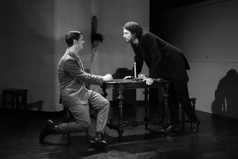 Rūdis Bīviņš – Zamjotovs, Aksels Aizkalns – Raskoļņikovs izrādē 731. solis. Foto – Gatis Priednieks-Melnacis